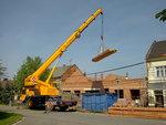 Montáž střechy, práce jeřábu